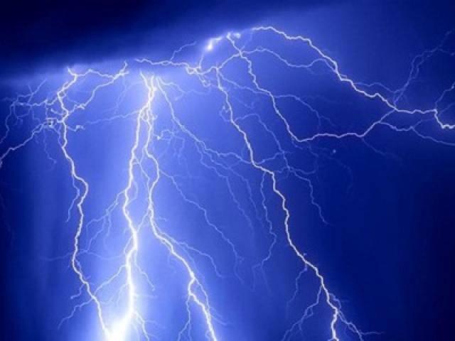 Vừa sạc pin vừa chơi game dưới hiên nhà khi mưa lớn, 2 anh em bị sét đánh thương vong
