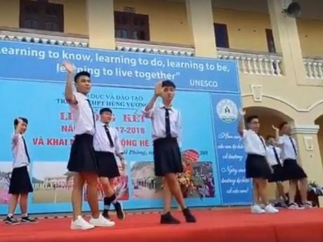 """Bế giảng """"trường người ta"""": Nam sinh tự tin mặc... váy nhảy như Idol Hàn Quốc"""