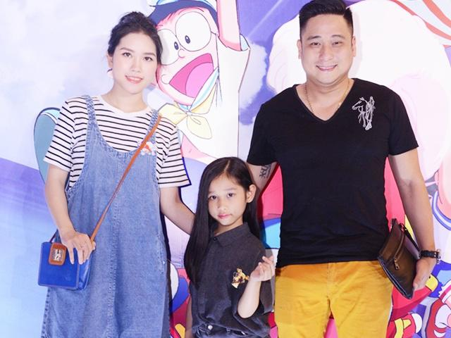 Con gái Minh Tiệp tạo dáng sành điệu khi cùng bố mẹ đi xem phim Doraemon