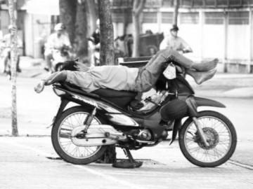 Tỷ phú bỗng trắng tay vì… thú vui mua mì tôm mong trúng thưởng xe máy