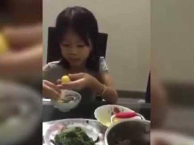 Không thể nhịn cười: Cô bé vừa ăn vừa chất vấn quá trình tình yêu của bố mẹ