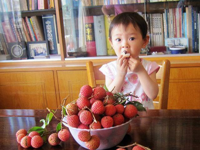 Bé trai bất tỉnh vì ăn vải khi đói: ghi nhớ quy tắc 4 người, 2 thời điểm cần tránh