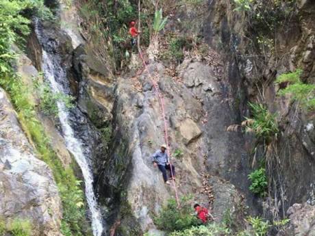 Thi thể nam phượt thủ Thi An Kiện  được đưa ra khỏi thác Lao Phào