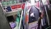 Bố mẹ mải mê mua sắm không trông con, bé trai bị mắc kẹt trên thang cuốn kinh hoàng