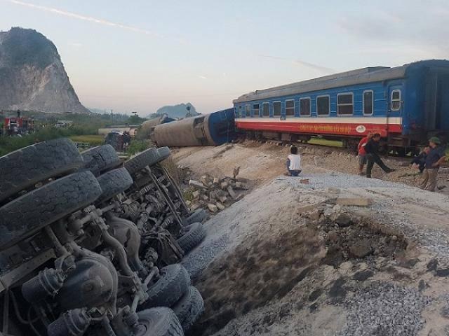 Lật tàu hỏa ở Thanh Hóa, 6 toa rơi khỏi đường ray, ít nhất 10 người thương vong