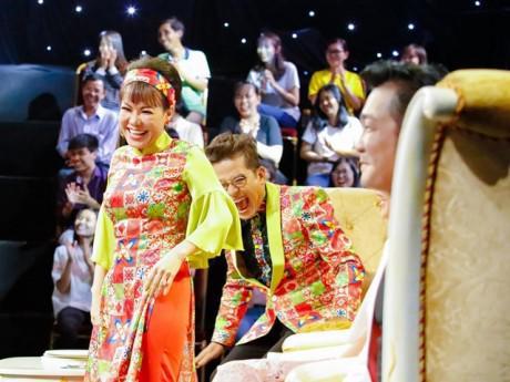 Thanh Bạch, Việt Hương cười không nhặt được mồm với màn hát cải lương bằng tiếng Anh