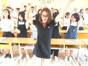 """Bế giảng, cô giáo """"cơ trưởng"""" mặc váy ngắn quẩy cực sung cùng học sinh"""