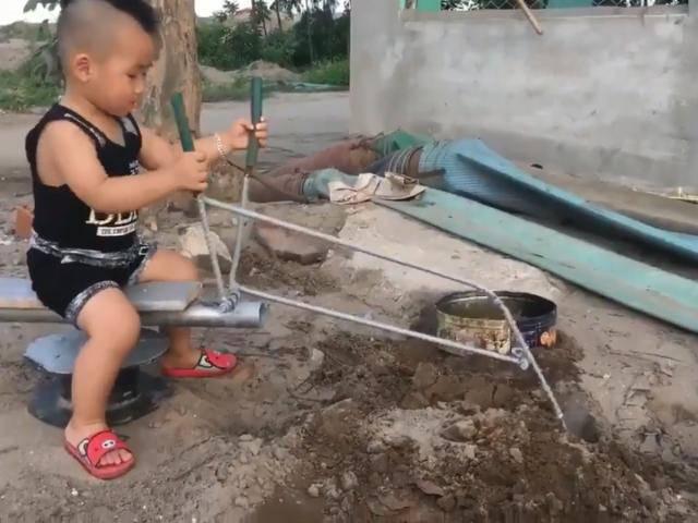 Ông bố khéo tay tự làm cần cẩu xúc cát cho bé khiến bé chơi cả chiều không chán
