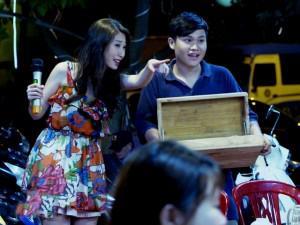 Giữa tin đồn chia tay người yêu, bất ngờ xuất hiện clip Khổng Tú Quỳnh hát dạo vỉa hè
