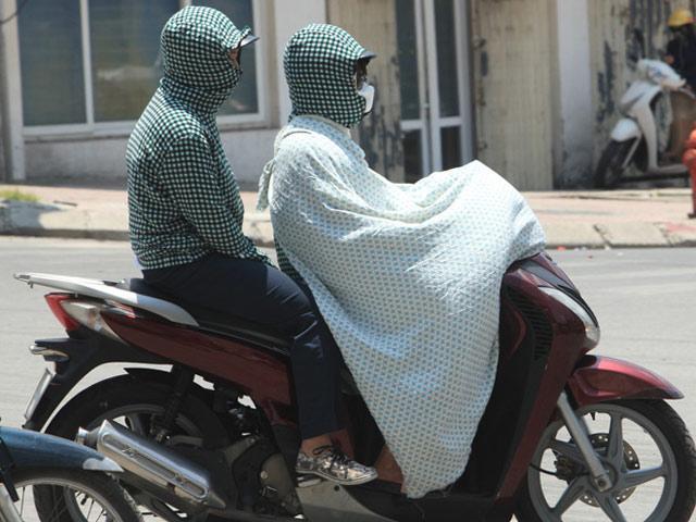 Chống nắng kỹ như chị em Hà Nội: Quấn vải kín mít như ninja