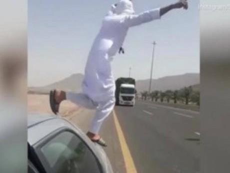 """Thanh niên """"cứng"""", nhảy bổ vào đầu xe tải rồi cười cợt sau khi thoát trong gang tấc"""