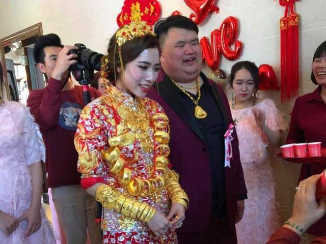 Đeo vàng nặng người trong đám cưới với đại gia xấu trai, cô gái vẫn quả quyết yêu thật lòng