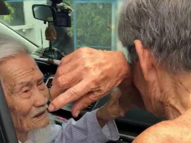 Cuộc hội ngộ đẫm nước mắt của 2 cụ ông gần trăm tuổi