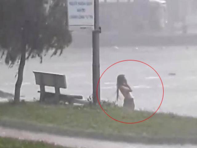Clip cô gái tắm tiên giữa trời mưa khiến người xem choáng váng và sự thật phía sau