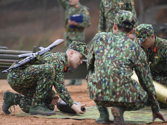 Sao Nhập Ngũ: Ca sĩ Việt chật vật khi phải ôm đầu đạn nặng hơn 30kg