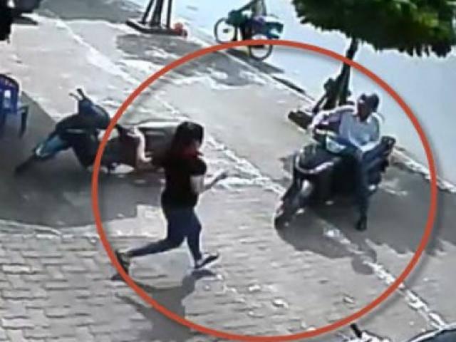 Hà Nội: 5 người phụ nữ chống trả quyết liệt giành lại chiếc xe SH từ tay tên trộm