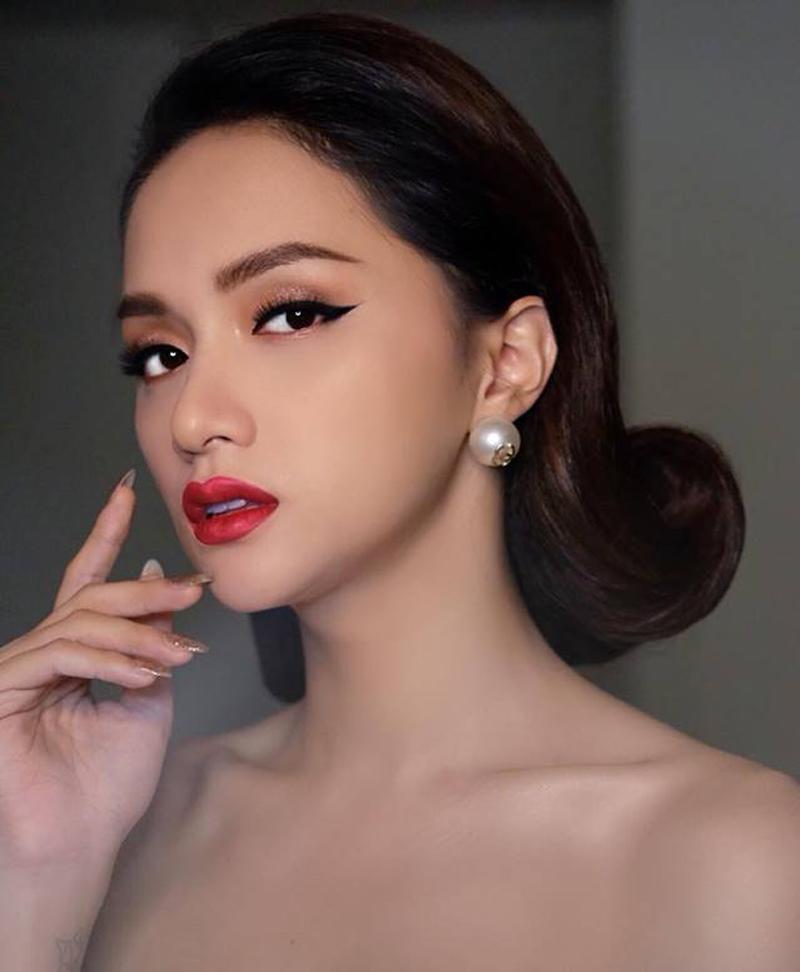 Hương Giang hóa quý cô cổ điển hoàn hảo với son đỏ nông nàn, tóc uốn cụp.