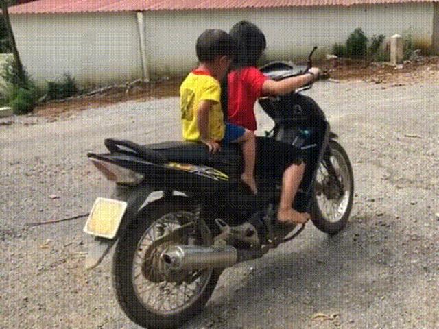 Phụ huynh hoảng sợ trước cảnh bé gái 10 tuổi ở Hòa Bình chở em phóng xe máy vun vút