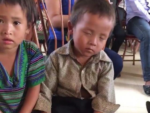 Ngủ gật khi chờ nhận quà 1/6 từ hội từ thiện, bé trai khiến nhiều người xót lòng
