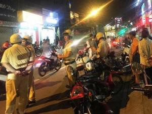 TP.HCM: Bị truy đuổi, nhóm cướp giật điện thoại dùng dao đâm gục 2 thanh niên trên phố