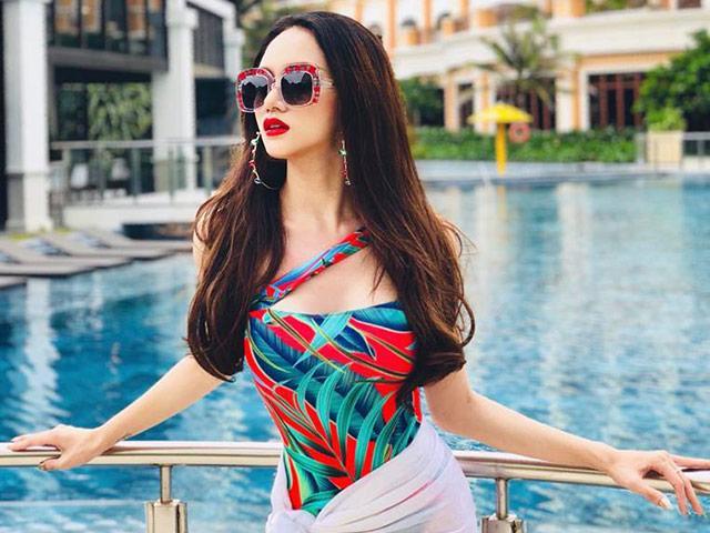 Hoa hậu Hương Giang khoe đường cong rực lửa catwalk điêu luyện cùng với bikini