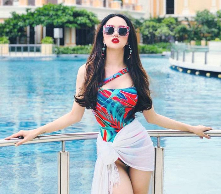 hoa hau huong giang khoe duong cong ruc lua catwalk dieu luyen cung voi bikini - 4