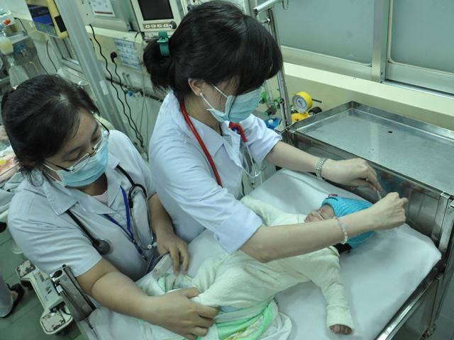 Mẹ dùng lá cây nấu cháo chữa táo bón, con 1 tuổi đi tiểu ra máu, nhập viện cấp cứu