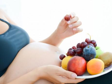 """Chuyên gia Viện Dinh dưỡng: Hoa quả tốt cho bà bầu nhưng đừng ăn để  """" vào con không vào mẹ """""""