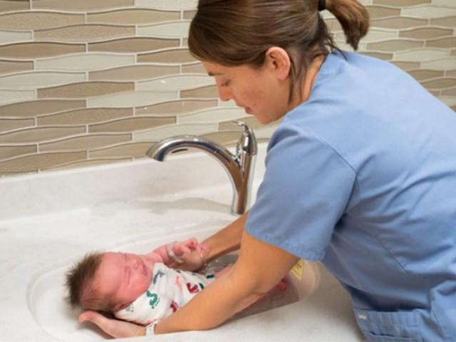 Cách tắm mới cho trẻ sơ sinh vừa nhanh, sạch mà bé không khóc được bác sĩ khuyên dùng