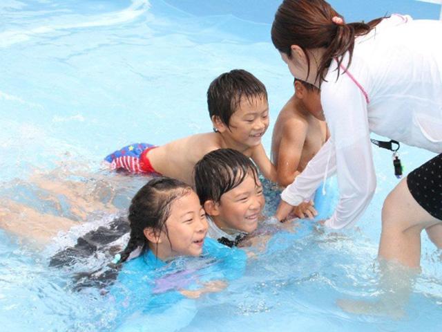 Những kỹ năng an toàn ở bể bơi bố mẹ cần dạy trẻ