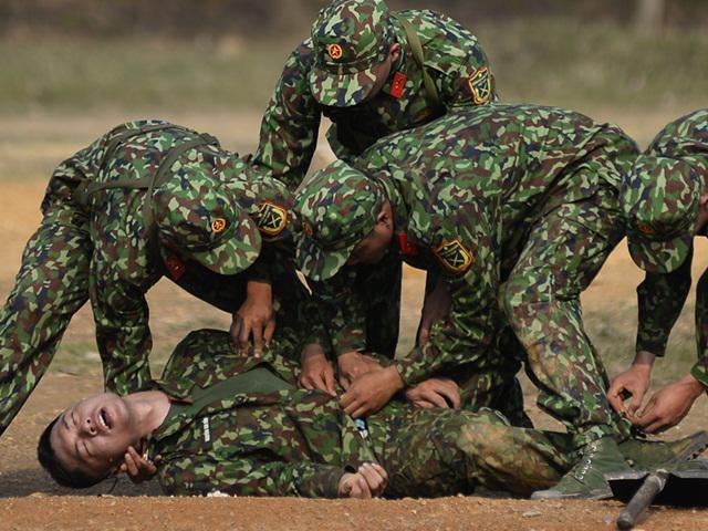 Sao Nhập Ngũ: Ca sĩ Bảo Kun nôn ngay giữa thao trường, bất tỉnh sau khi bị phạt