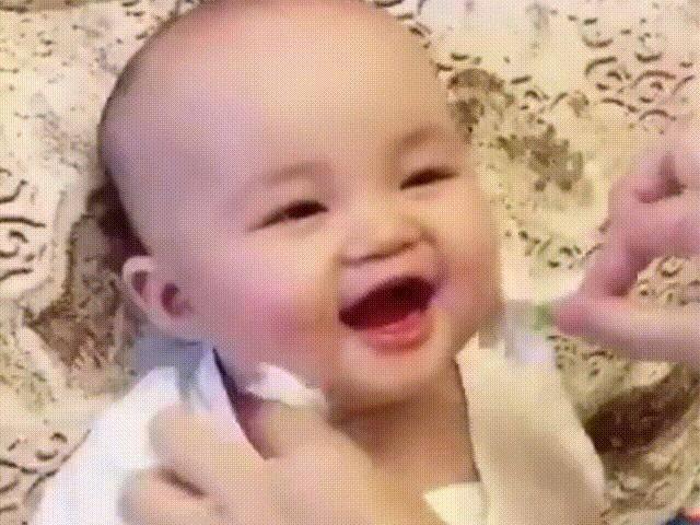 Được mẹ vuốt ve bằng bông hoa, bé sơ sinh phê không khép được miệng