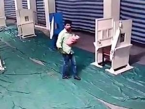 Bị bạn chê có quá nhiều con, người đàn ông nhẫn tâm vứt bỏ đứa con mới 2 ngày tuổi