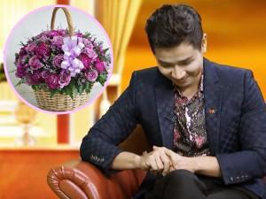 Xúc động chuyện giỏ hoa tím tặng bà của MC Nguyên Khang, ai cũng nên nghĩ lại bản thân mình!