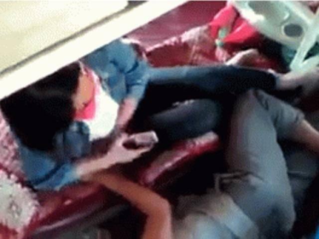 Tin tức 24h: Đôi nam nữ mặn nồng ngay trên xe giường nằm, hành khách nhức mắt