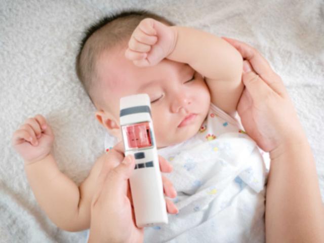 Hạ sốt cho trẻ: Sai lầm của bố mẹ khi lau mát khiến trẻ sốt nặng hơn
