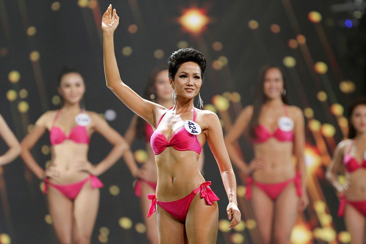 cuc nghe thuat bieu dien lay y kien de huy bo phan bikini tai cuoc thi.  Đương kim Hoa hậu ... c601f4c84b