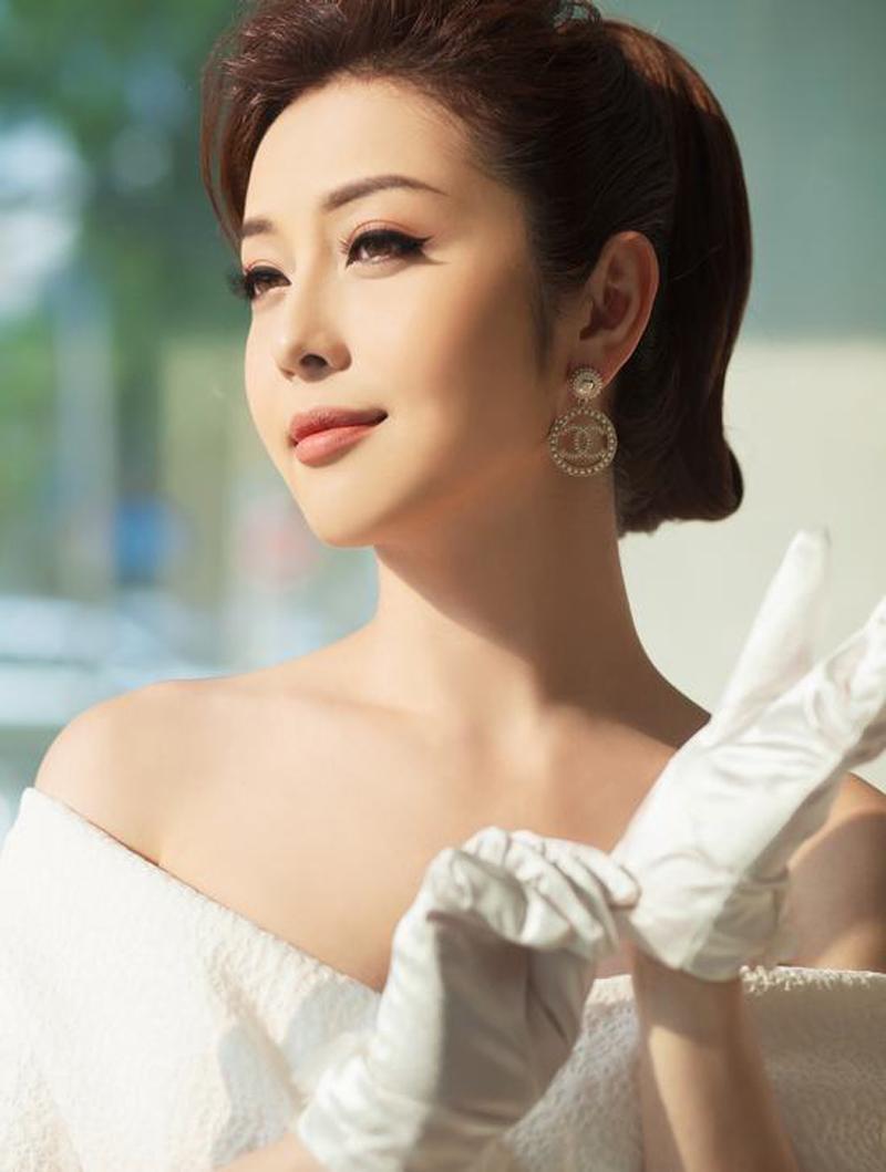 Bà mẹ 3 con Jennifer Phạm đẹp nao lòng với tóc uốn retro, trang điểm tông cam ấm áp.