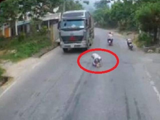 Thót tim xem đoạn clip em bé ngồi chơi giữa đường, tài xế xe tải hốt hoảng phanh gấp