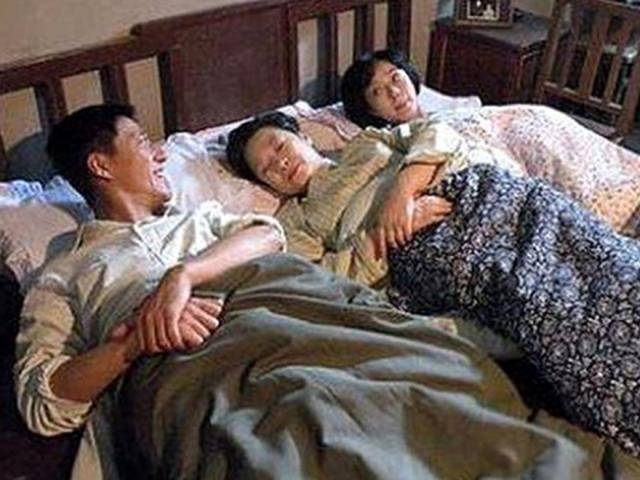 Đêm tân hôn vợ chồng nằm trơ như khúc gỗ chỉ vì hai chiếc giường kê sát nhau
