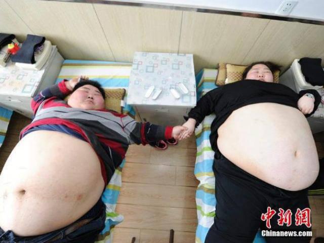 Cặp đôi nặng hơn 400kg, dù rất yêu nhau nhưng không thể quan hệ vì quá béo