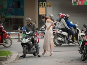 Thí sinh Hoa hậu Việt Nam 2018 diện váy chống nắng, đi xe ôm đến ứng tuyển