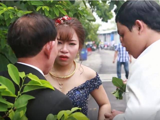 Cô dâu mắt đỏ hoe, nức nở nhìn xe nhà gái về sau đám cưới