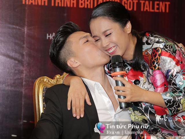 Vợ Quốc Nghiệp ôm hôn chồng: Tôi chỉ mong anh ngồi đây, cười với tôi là đủ