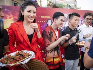 Phi Nhung, Phương Ly cùng ca sĩ đội mưa khuấy động sự kiện tại Hà Nội