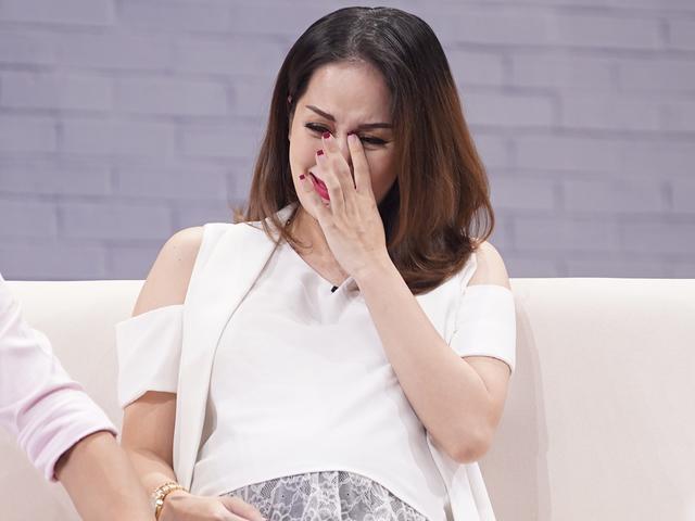 Khánh Thi giàn giụa nước mắt kể cay đắng khi mang thai, bị băng huyết vì áp lực gia đình