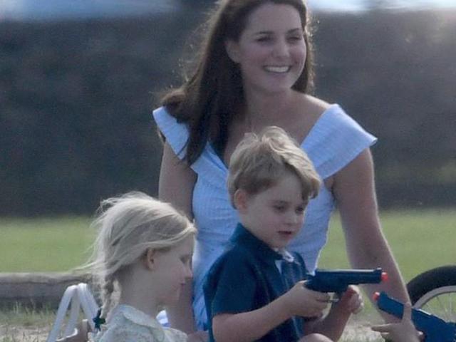 Công nương Kate bị ném đá chỉ vì một chi tiết nhỏ trong bức ảnh Hoàng tử George chơi đùa