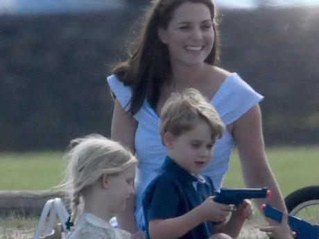 """Công nương Kate bị """"ném đá"""" chỉ vì một chi tiết nhỏ trong bức ảnh Hoàng tử George chơi đùa"""