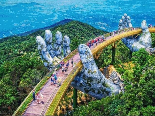 HOT: Cây cầu có bàn tay khổng lồ mới toanh ở Đà Nẵng gây sốt vì đẹp như tiên cảnh!