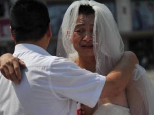 Người đàn ông mặc váy cưới đứng đường, ai biết chuyện thay vì cười lại khóc